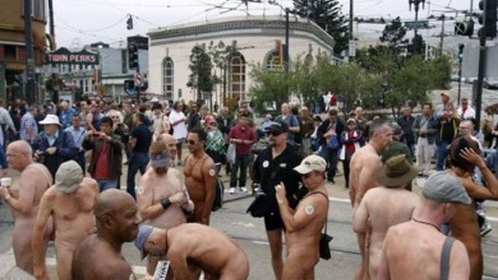 Los nudistas se manifestaron en Castro, cuna del movimieno gay en los años 60, para protestar contra el nudismo, un derecho de los ciudadanos de San Francisco.