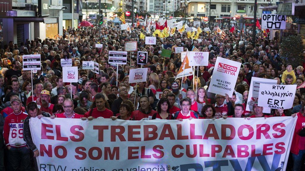 Una multitudinaria manifestación recorre Valencia contra el cierre de la radiotelevisión pública