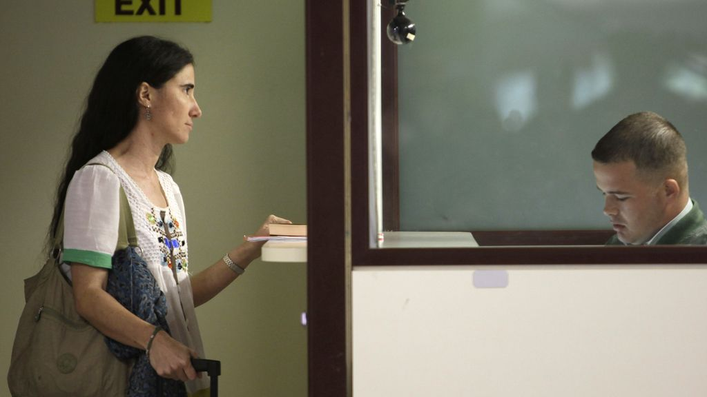Yoani Sánchez pasa el control de pasaportes en Brasil