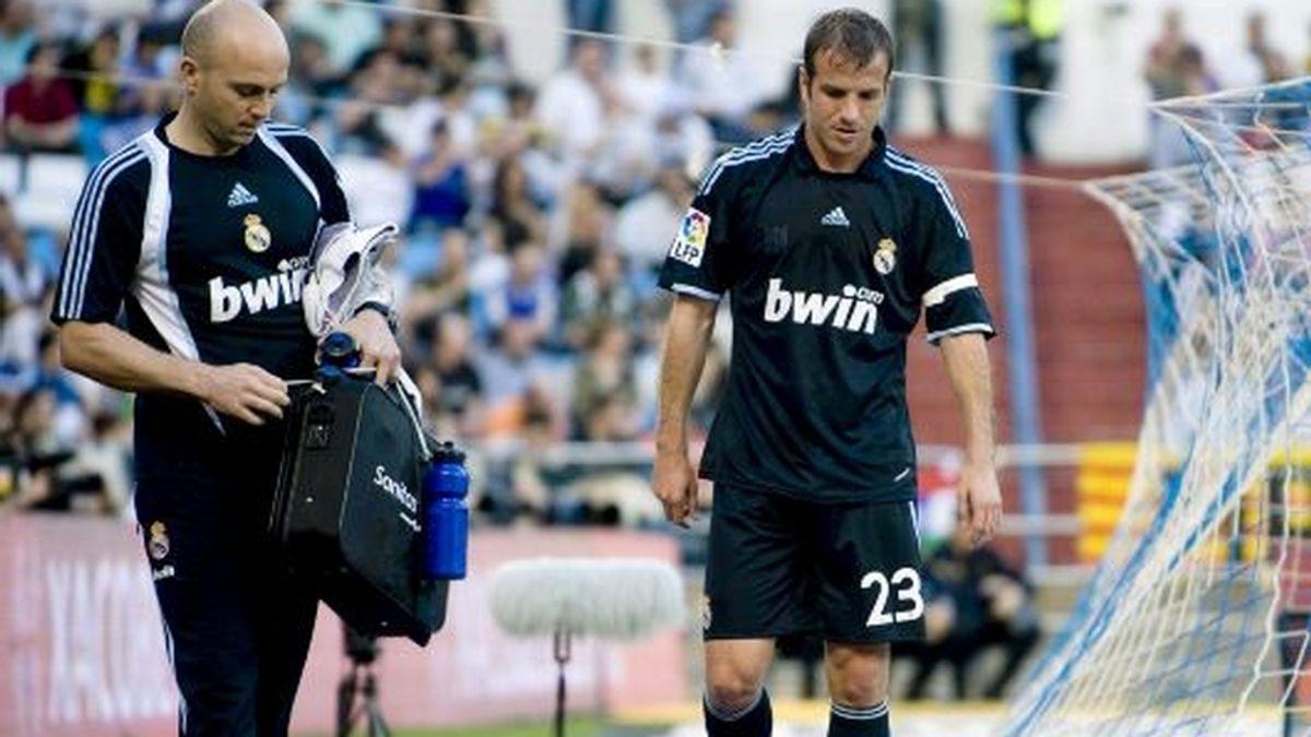 Van der Vaart se retira cabizbajo en La Romareda. FOTO: EFE.