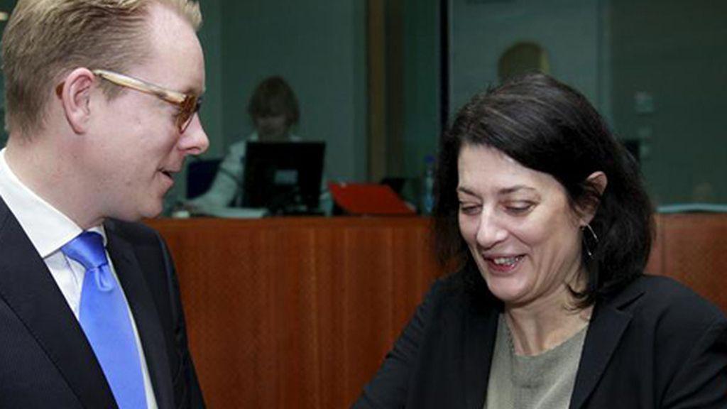 La secretaria de Estado española de Inmigración y Emigración, Anna Terrón, conversa con el ministro sueco de Inmigración, Tobias Billström
