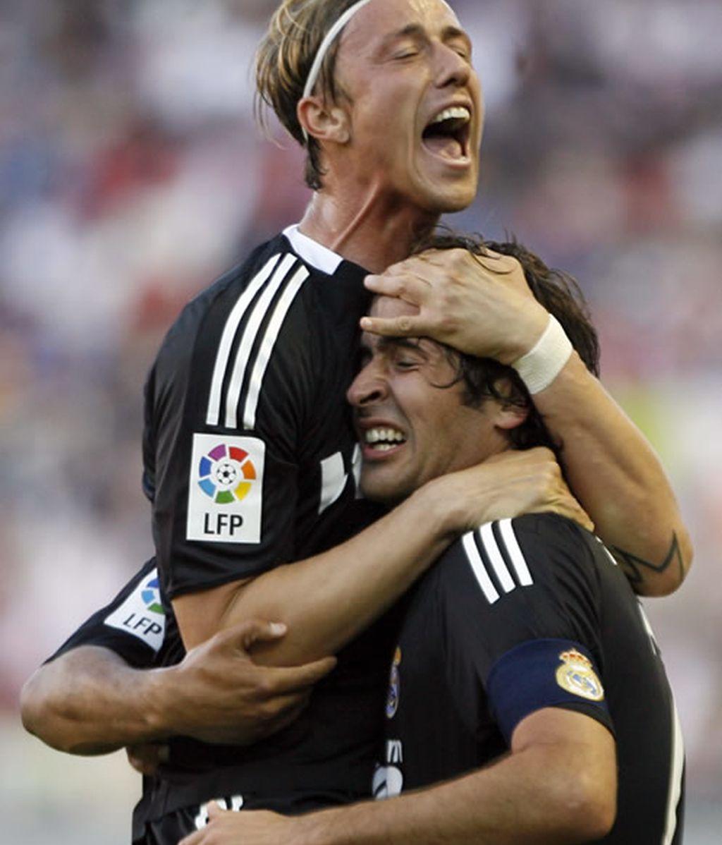 Raúl se abraza con Guti tras marcar