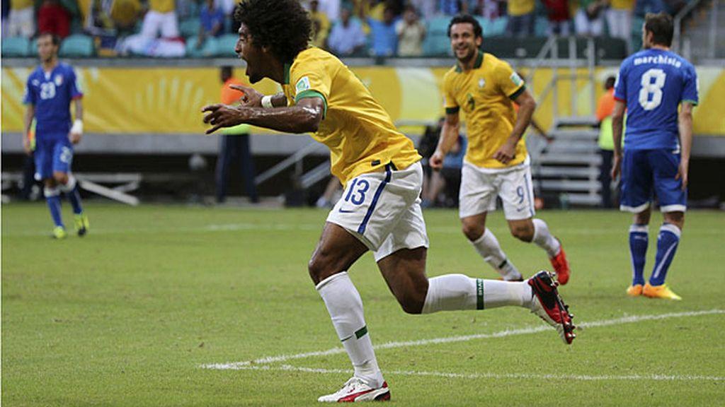 Dante celebra el primer gol de Brasil a Italia