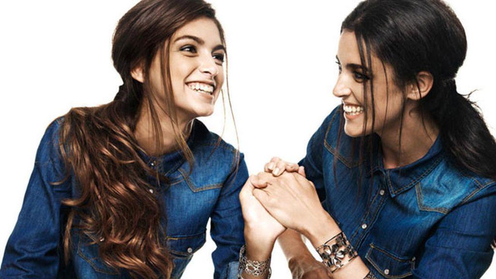 Madre e hija posan juntas para la firma de joyas Style Aristos