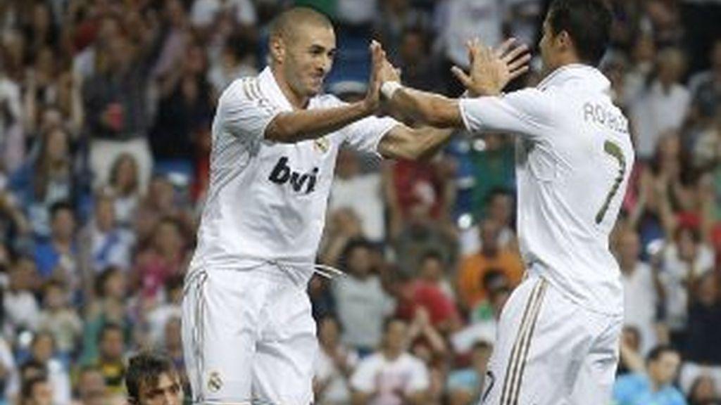 Cristiano Ronaldo celebra con Benzema. REUTERS