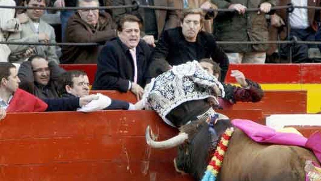 Carlos Casanova acorralado por un toro