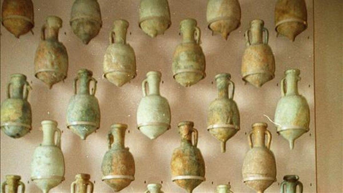 En la imagen piezas localizadas entre los restos de un barco fenicio del siglo VII antes de Cristo. EFE/Archivo