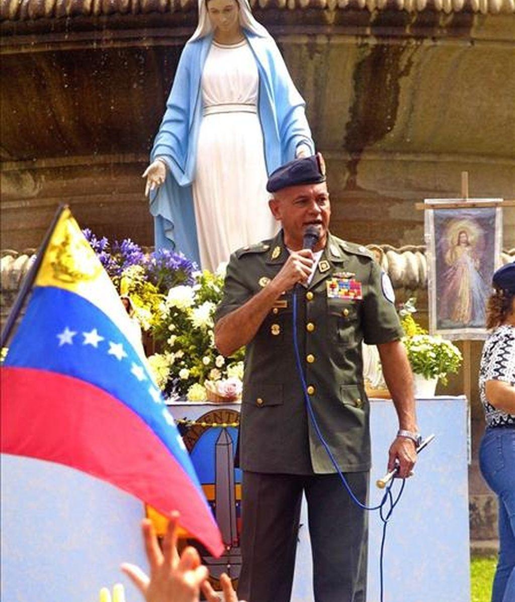 Foto tomada el 4 de junio del 2003 del general declarado en rebeldía Néstor González Gónzalez, durante un discurso a sus seguidores en una plaza caraqueña declarada como zona liberada. EFE/Archivo