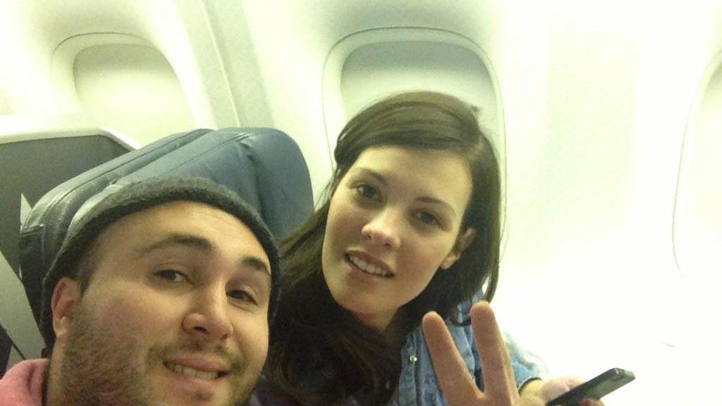 Kiko y Jessica durante el despegue del avión