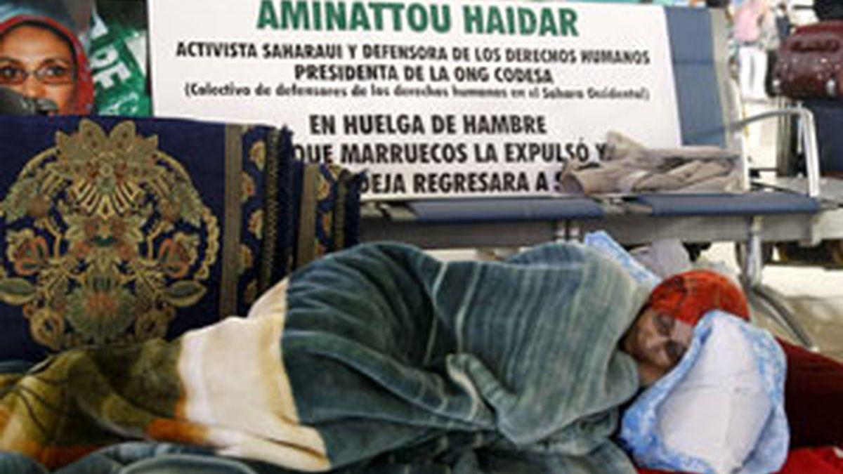 Aminatu Haidar en el aeropuerto de Lanzarote. Foto: EFE