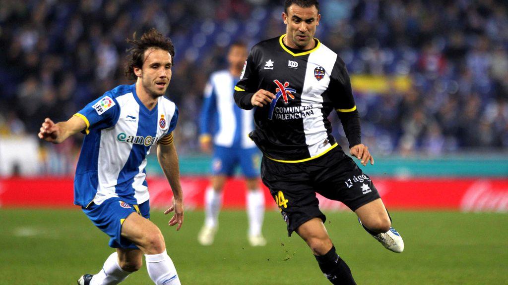 El centrocampista argelino del Levante Abdelkader Ghezzal conduce el balón ante el mediapunta del Espanyol Joan Verdú