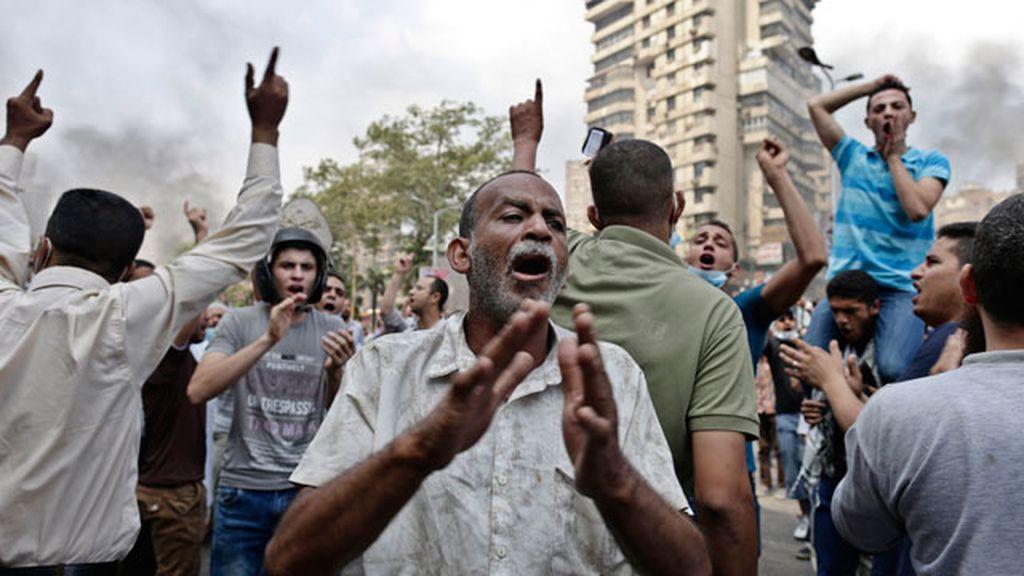 Los manifestantes cantan a favor de Morsi