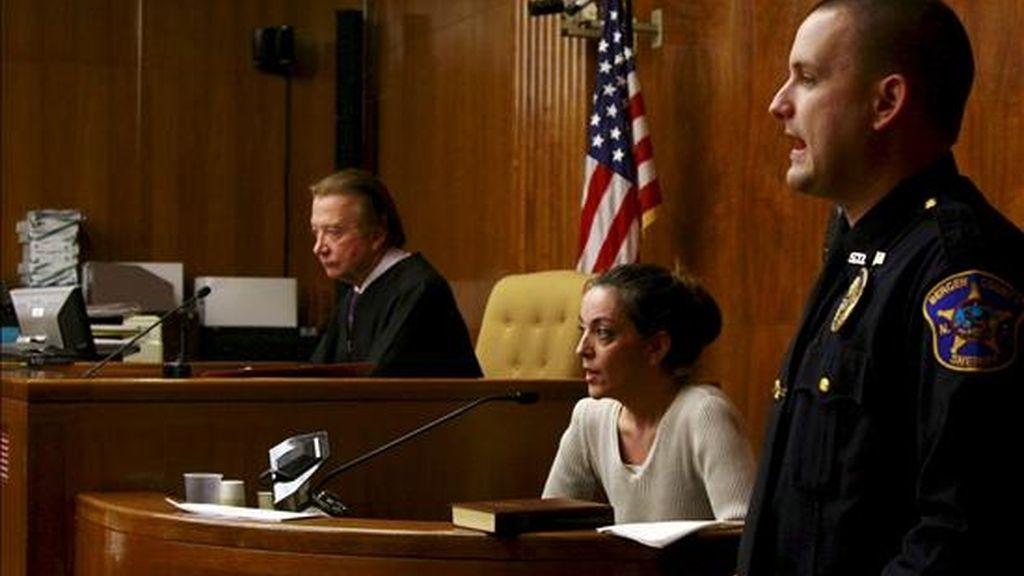 María José Carrascosa, la española encarcelada en EE.UU. desde hace casi tres años por un litigio por la custodia de su hija, declara ante el juez Donald Venezia (i) para responder a las cuestiones de la Fiscalía del condado de Bergen. EFE
