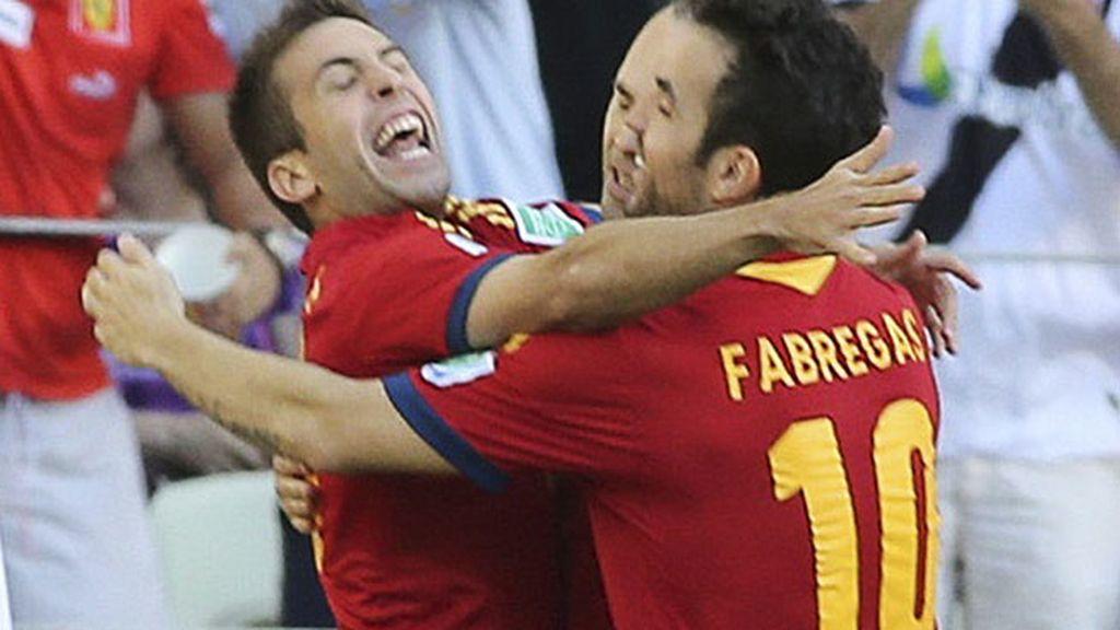 Jordi Alba celebra con Cesc el primer gol del partido