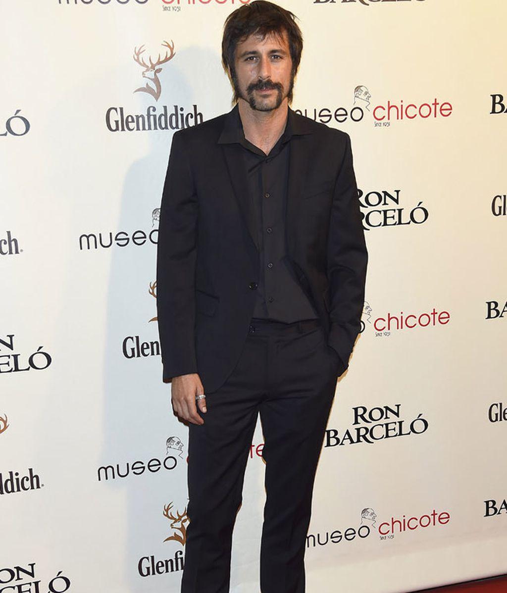 Hugo Silva, negro riguroso con traje de chaqueta