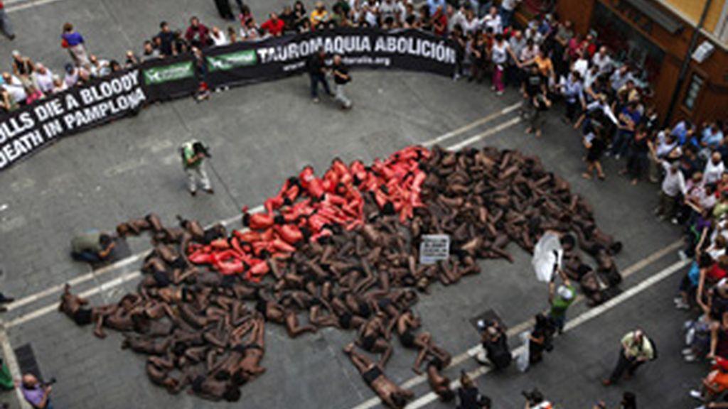 Un centenar de manifestantes se ponen en la 'piel del toro' para defender los derechos de los animales FOTO: REUTERS
