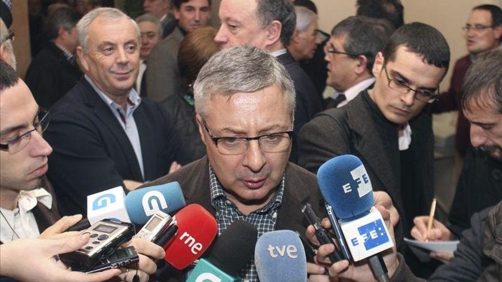 El ministro de Fomento, José Blanco (c), atendiendo a la prensa antes de participar hoy en el acto de presentación de Antón Louro, actual delegado del Gobierno en Galicia, como candidato a la alcaldía de Pontevedra. EFE