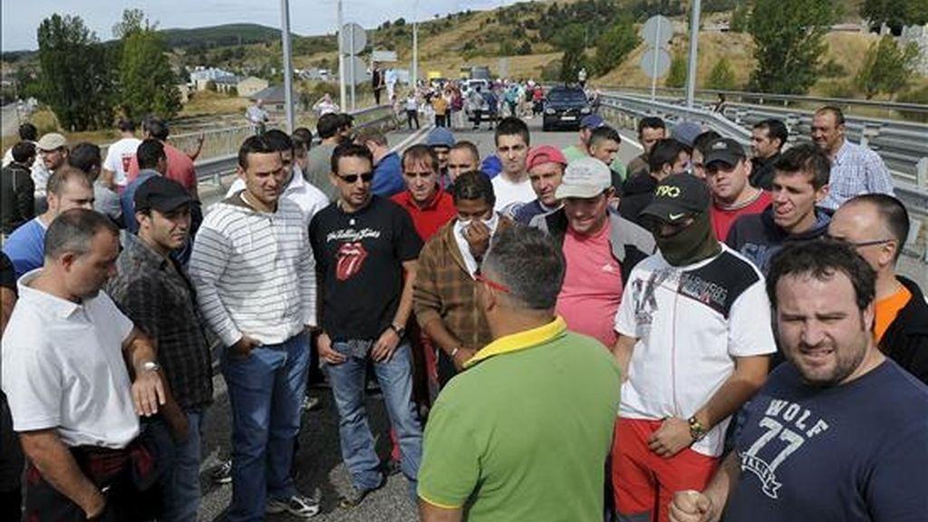 Trabajadores de la minería en la provincia de León ayer durante el corte de la AP-66, a la altura de La Magdalena. EFE