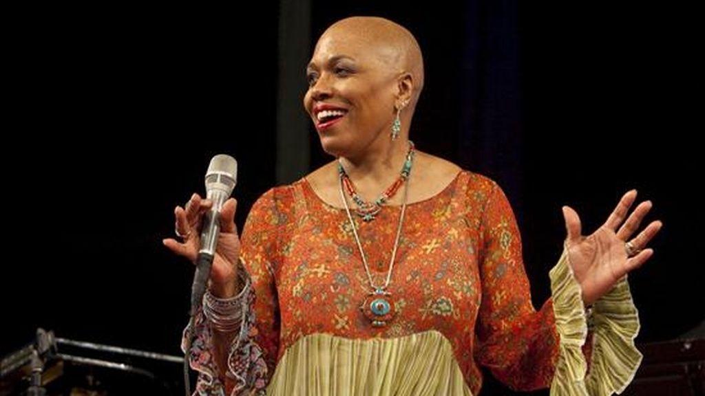"""La cantante estadounidense Dee Dee Bridgewater actúa sobre un escenario del festival de jazz de Nueva Orleans """"New Orleans Jazz and Heritage Festival"""", en el estado de Louisiana (Estados Unidos). EFE/Archivo"""