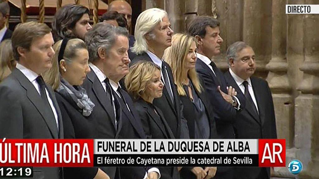 Los hijos y el marido de doña Cayetana presidieron el funeral
