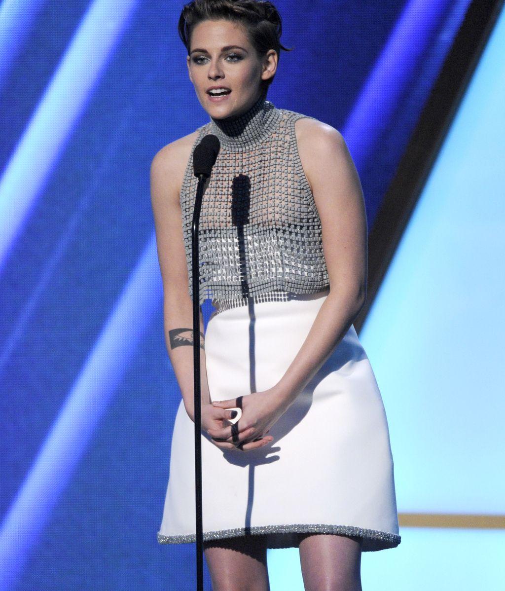A Kristen Stewart se le baja el vestido