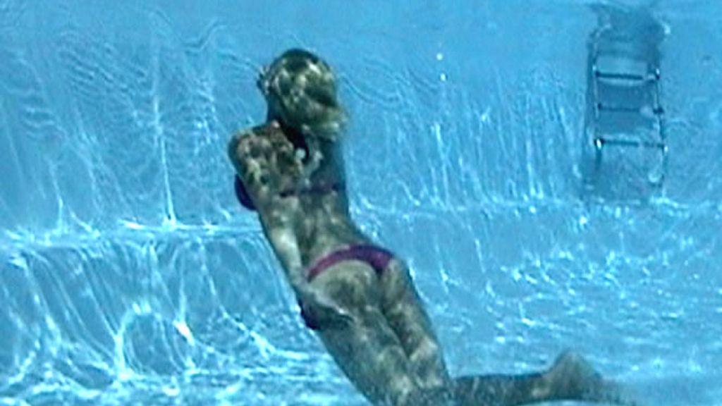 Cual sirena, una joven bucea en su piscina