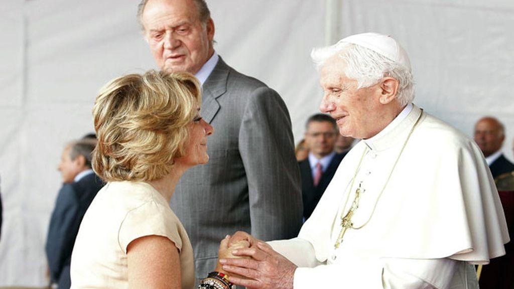 La presidenta de la Comunidad de Madrid saluda a su Santidad Benedicto XVI