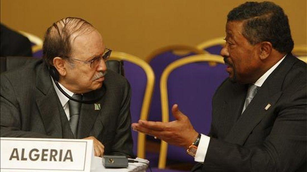 El presidente argelino, Abdelaziz Bouteflika (i), charla con el secretario de la Comisión de la Unión Africana, Jean Ping (d), durante la reunión del Comité de Jefes de Estado y Gobierno sobre Cambio Climático (CAHOSCC) celebrada ayer en Kampala. EFE