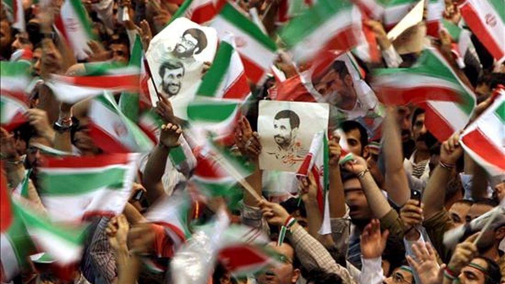 Seguidores del presidente iraní Mahmoud Ahmadinejad durante un acto electoral en Teherán (Irán). Las elecciones presidenciales se realizan mañana, 12 de junio en Irán. EFE
