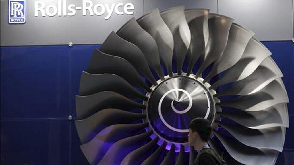 Un visitante pasa ante un motor para aviones del fabricante británico Rolls Royce. EFE/Archivo