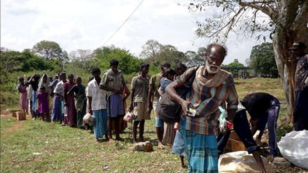Un grupo de personas que secuestró la guerrilla de los Tigres para la Liberación de la Patria Tamil (LTTE) abandonando el área de Puthumathaalan en Mullaitivu, a 412 kilómetros al noreste de Colombo este sábado. EFE