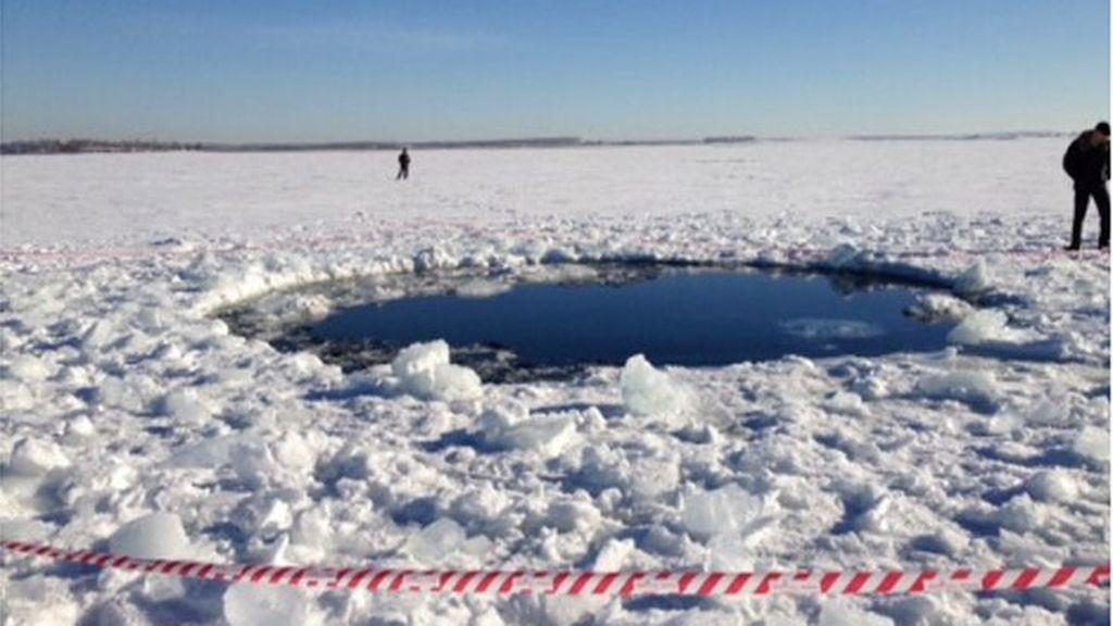 Imagen del cráter dejado por el meteorito en Rusia