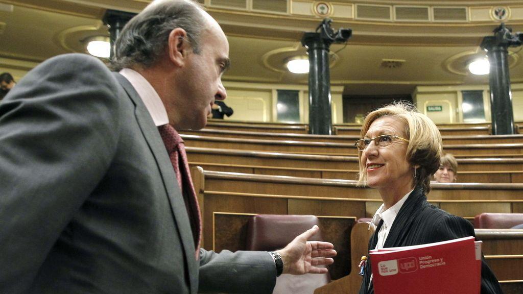 Luis de Guindos saluda a Rosa Díez en el Congreso
