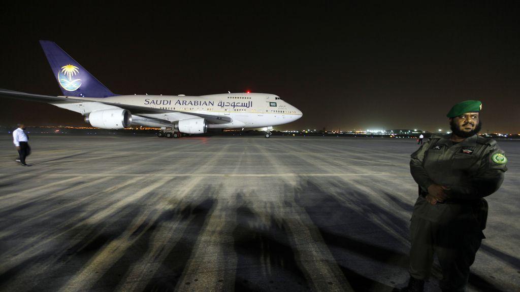 Avión en el aeropuerto de Riyadh, en Arabia Saudí. Foto: Reuters