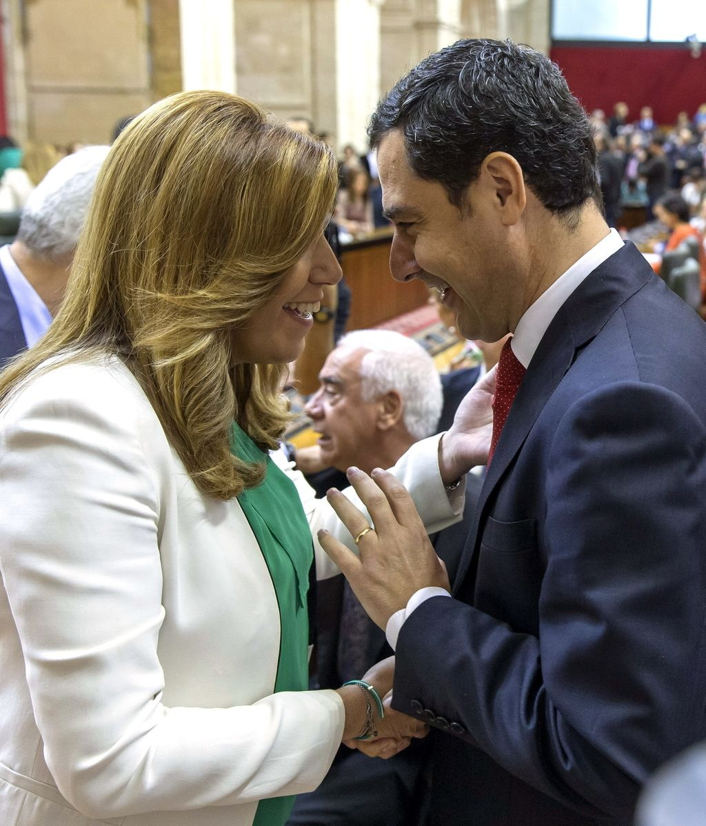 Susana Díaz y Juanma Moreno se saludan en la sesión constitución del Parlamento Andaluz