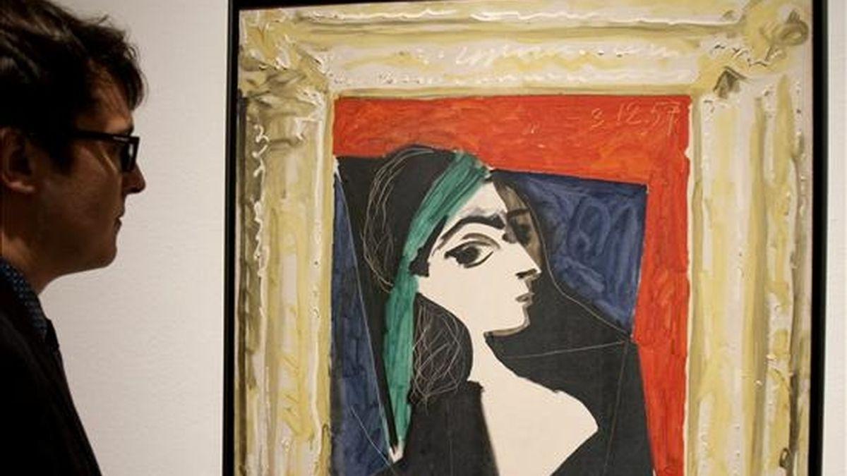 """Una persona contempla """" Retrato de Jaqueline """" de Pablo Picasso, en una exposición que tuvo lugar el pasado mes de septiembre en el CaixaForum de Barcelona. EFE/Archivo"""