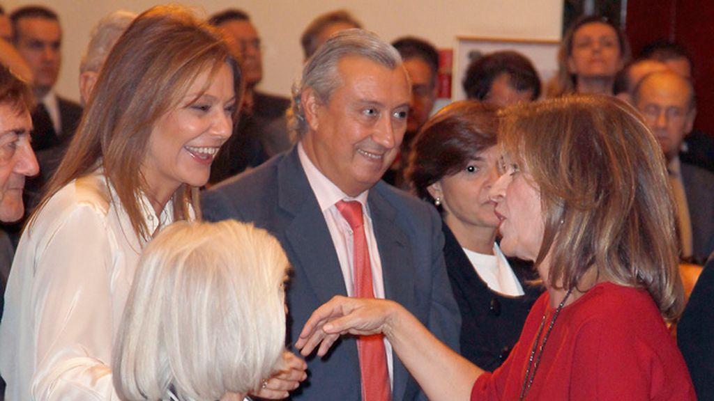 Javier Arenas y Nuria González saludaron con cariño a la alcaldesa de Madrid, Ana Botella