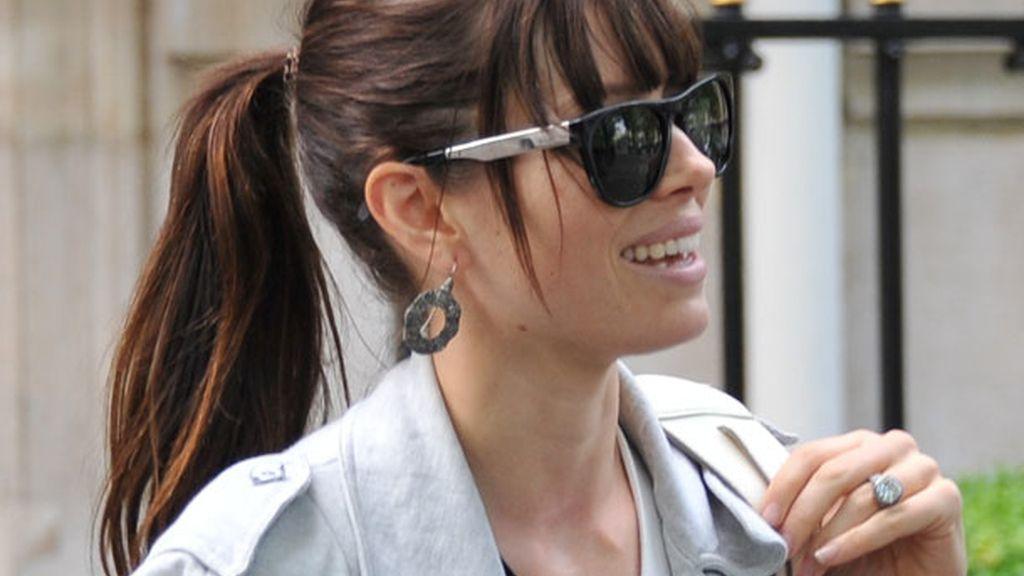 Gafas, flequillo y pendientes largos, la opción de Jessica Biel