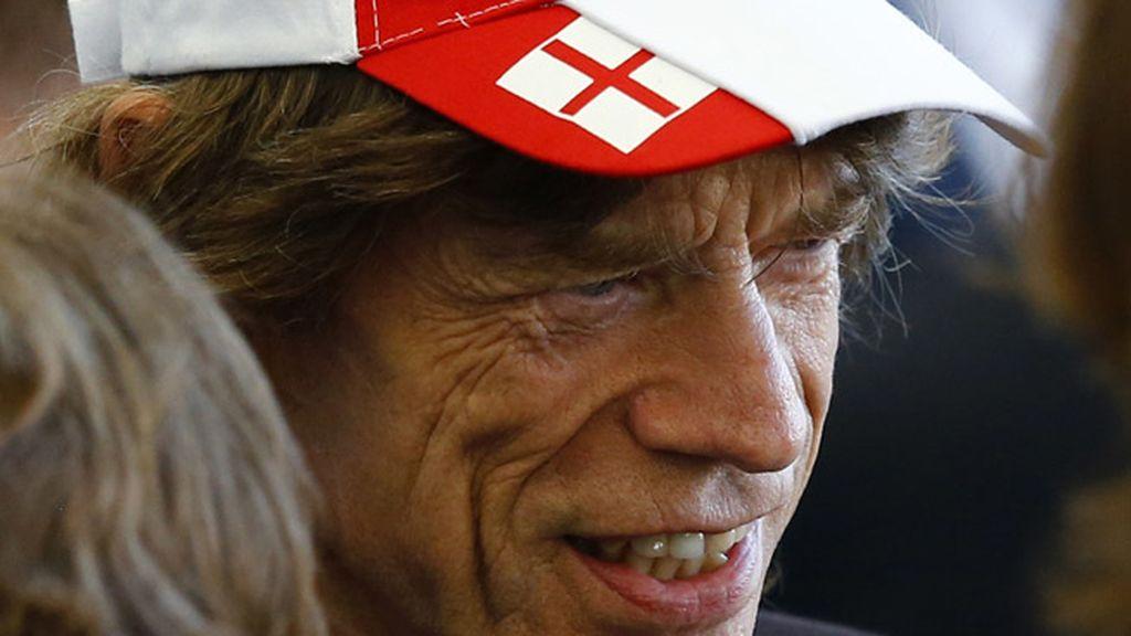 El 'gafe' Mick Jagger no quiere dar mala suerte a nadie y se enfunda la gorra de Inglaterra