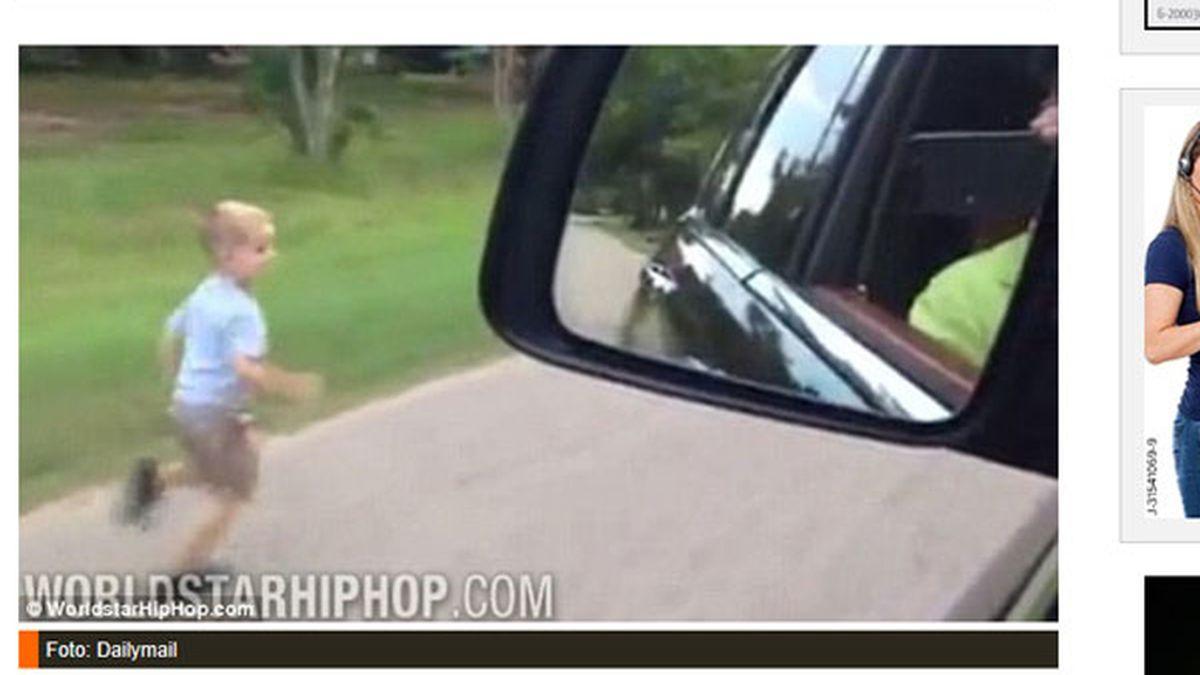 Un padre obliga a hijo a correr al lado de su coche para entrenarlo