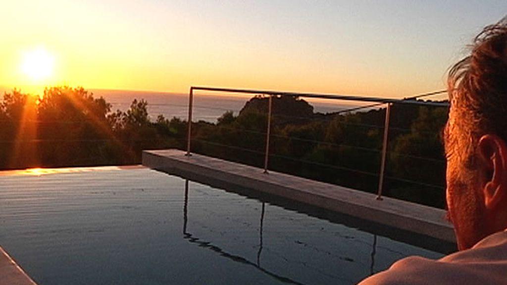 Un hombre disfruta de la maravillosa piscina con vistas al mar
