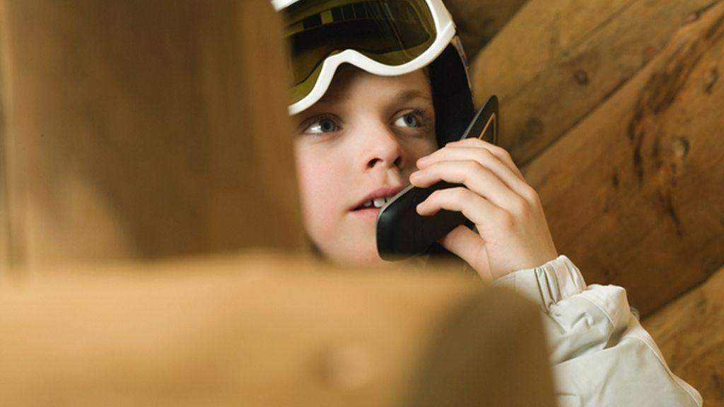 Un niño habla por teléfono