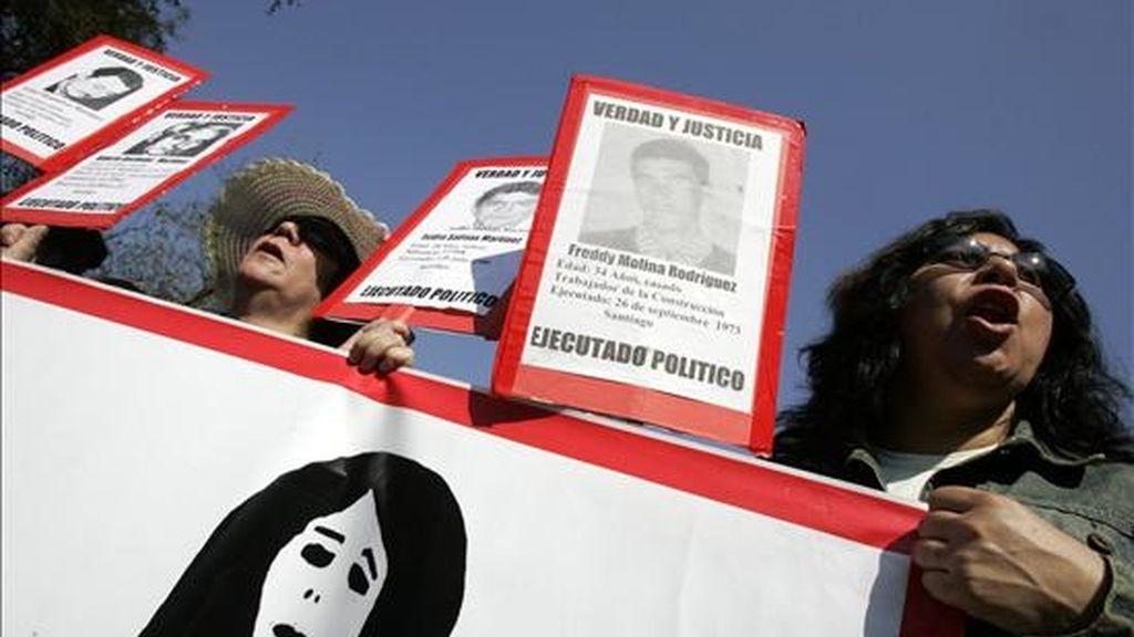 """Como """"Caravana de la Muerte"""" se conoce a la comitiva militar que, tras el golpe de Estado de Augusto Pinochet en septiembre de 1973, ejecutó sin juicio a más de 70 presos políticos. En la imagen, manifestantes marchan en homenaje a las víctimas en Chile durante la dictadura. EFE/Archivo"""
