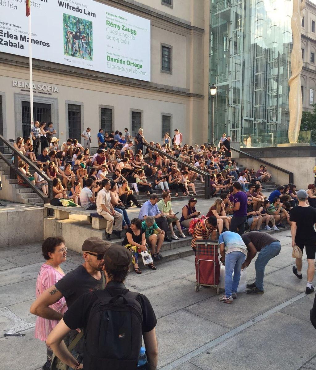 Los simpatizantes de Unidos Podemos, reunidos frente al Museo Reina Sofía