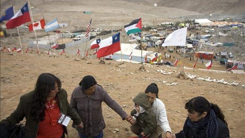 Familiares de los mineros atrapados en Chile oran este, 11 de octubre, para agradecer por los avances en el rescate de sus parientes en el yacimiento San José cercano a Copiapó (Chile). EFE
