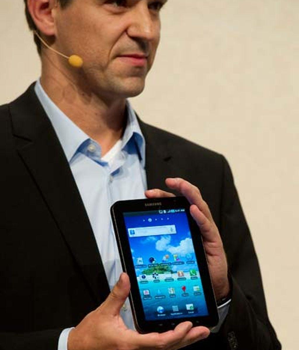 Thomas Richter,Jefe de Desarrollo de Telecomunicaciones en Euorpa de Samsung, muestra el nuevo Samsung Galaxy Tab