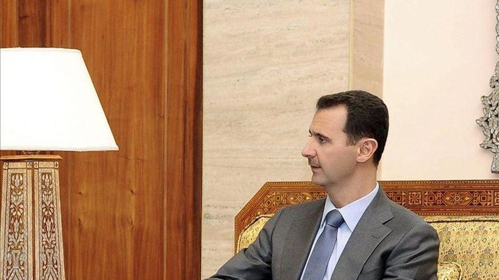 Fotografía facilitada por la agencia oficial de noticias SANA ayer en la que se ve al presidente sirio Bachar al Asad durante su reunión el ministro catarí de Exteriores Sheikh Hamad bin Jassem bin Jabr Al Thani en Damasco, Siria. EFE