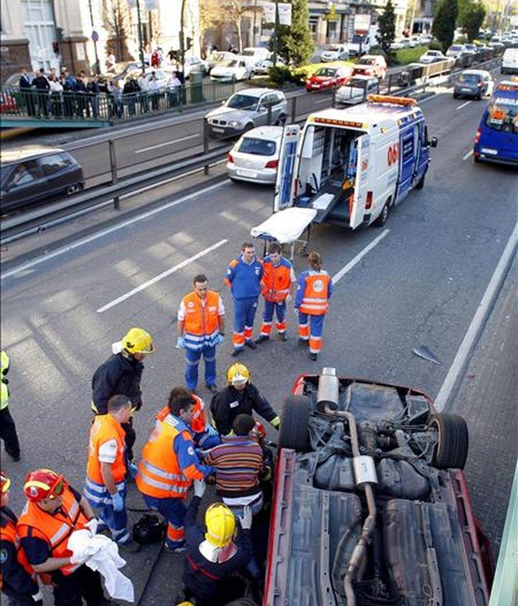 Miembros del equipo de Bomberos de A Coruña rescatan a un hombre herido como consecuencia del accidente de tráfico. EFE/Archivo
