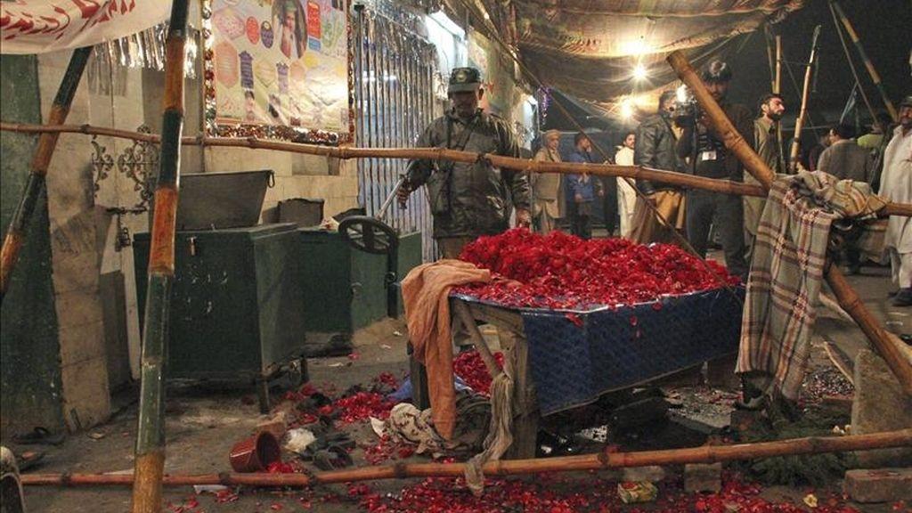 Oficiales de las fuerzas de seguridad inspeccionan el lugar donde ayer explotó, por control remoto, un explosivo en la mezquita de Saint Baba Haider Sayeen, en Lahore (Pakistán). EFE