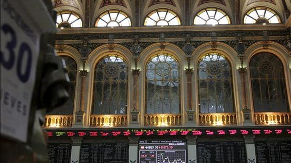 Vista de los paneles informativos del parqué madrileño. EFE/Archivo